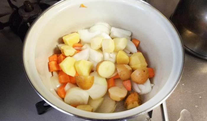 水を入れて野菜を煮る