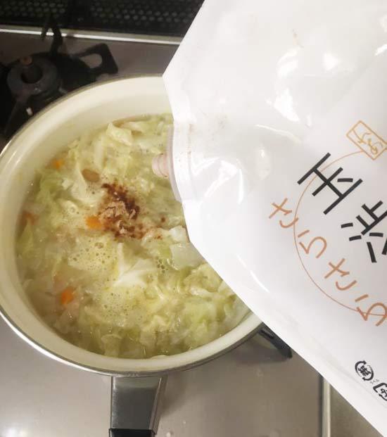 野菜が柔らかくなってきたら、玉しぶをいれる