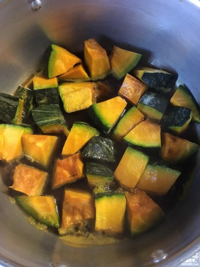 かぼちゃを鍋に入れ、水をひたひたになるくらいにします