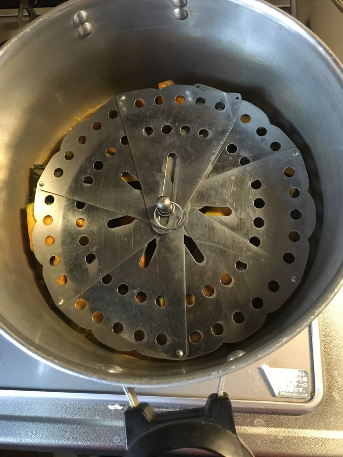 落し蓋をして中火で柔らかくなるまで煮ます