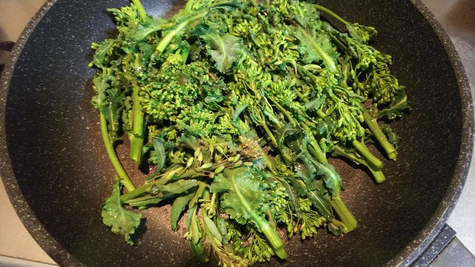 フライパンに油を入れ熱し、水気がついたままの菜の花を入れます